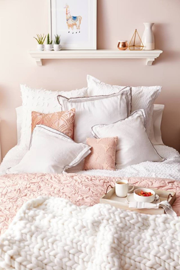 Blush Pink Bedroom Ideas - LOVE that big chunky blanket!