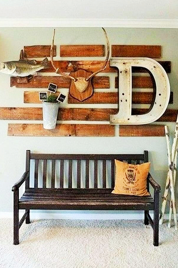 Rustic Foyer Decor Idea with Easy Pallet Wall - Easy DIY Rustic Home Decor Ideas on a Budget