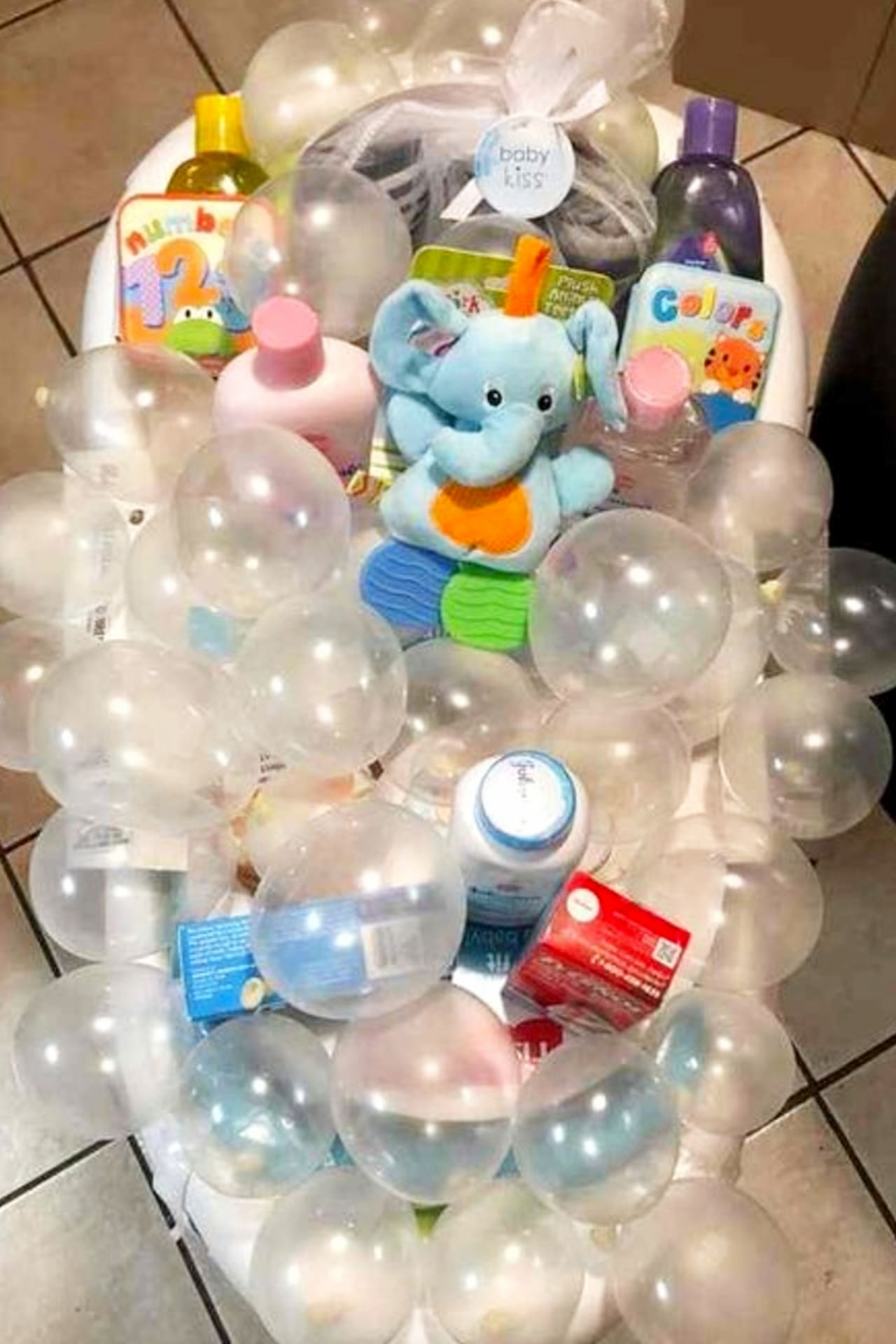 Baby Shower Gift Ideas!  DIY baby shower gifts - Unique, creative DIY baby shower gift baskets and baby bathtub gift baskets to make cheap - Dollar Stores DIY baby shower gifts for boys, girls and gender neutral / gender unknown