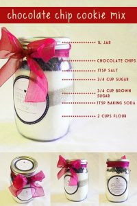 Easy DIY mason jar gift idea that is great as a homemade Christmast gift. Cookies in a jar with the recipe. Love this