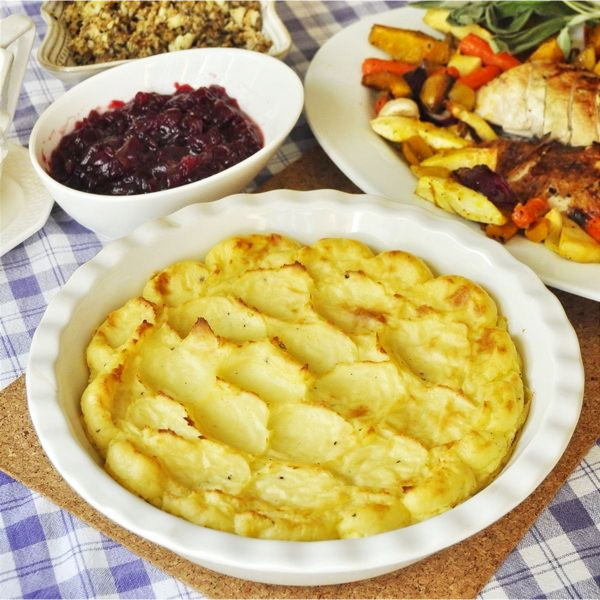 easy Thanksgiving side dishes – make ahead recipes, vegetable side dishes, casserole recipes, side dishes you can make in your slow cooker, traditional side dish ideas, and some healthy Thanksgiving dinner side dish ideas - Garlic Mashed Potatoes
