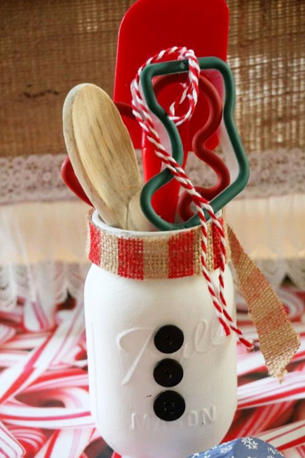 Mason Jar Christmas Gifts and Crafts - Easy Mason Jar Christmas Gift Ideas for Homemade Holiday Gifts for Neighbors, teachers, friends, co-workers and family. Easy DIY Christmas mason jars and Christmas mason jar decorating ideas - how to decorate mason jars for Christmas gifts - DIY Mason Jar Gifts and Cute Mason Jar Ideas For Christmas Presents