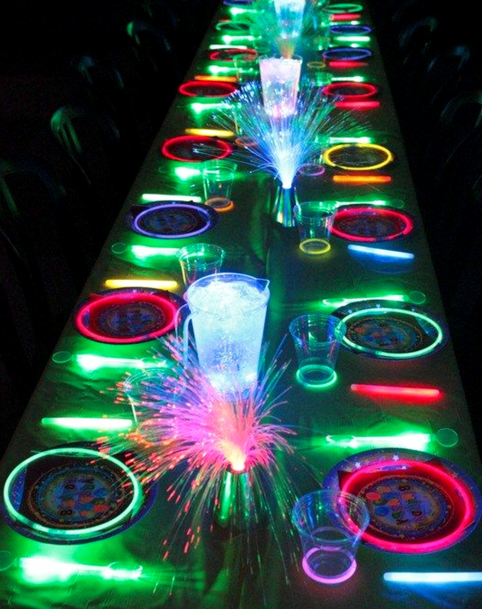 Family-friendly New Years Eve ideas - Love these ideas for kids on New Years Eve! Neon GLOW party table for New Years Eve - the kids LOVE it!