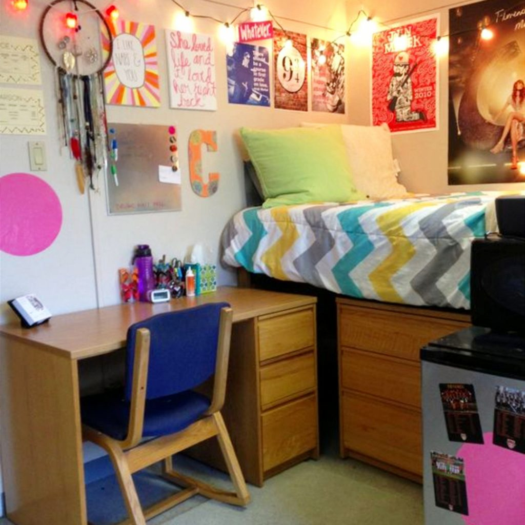 Dorm room ideas to get more space in a small college dorm room #dormroomideas #gettingorganized #goals