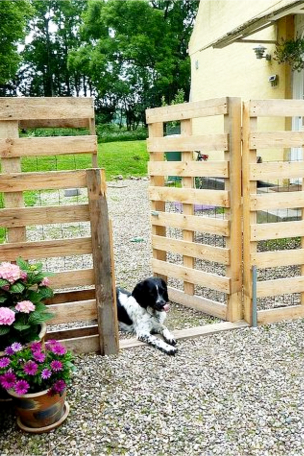 Pallet Projects - Quick and easy pallet projects to try - pet fence made from pallet wood