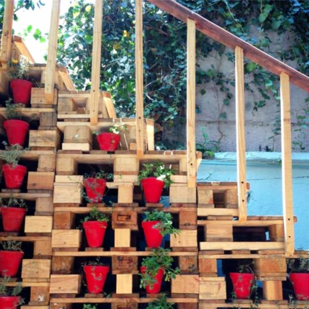 Ideas for clay pots - pallet stairs with clay pot decorations