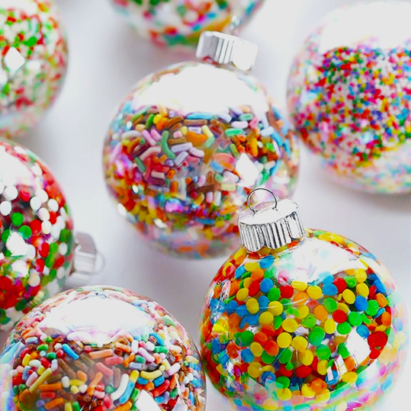Easy Christmas ornaments to make as gifts or for your tree - Fill clear Christmas ball ornaments with sprinkles and other brightly colored candy. FUN and so cute!