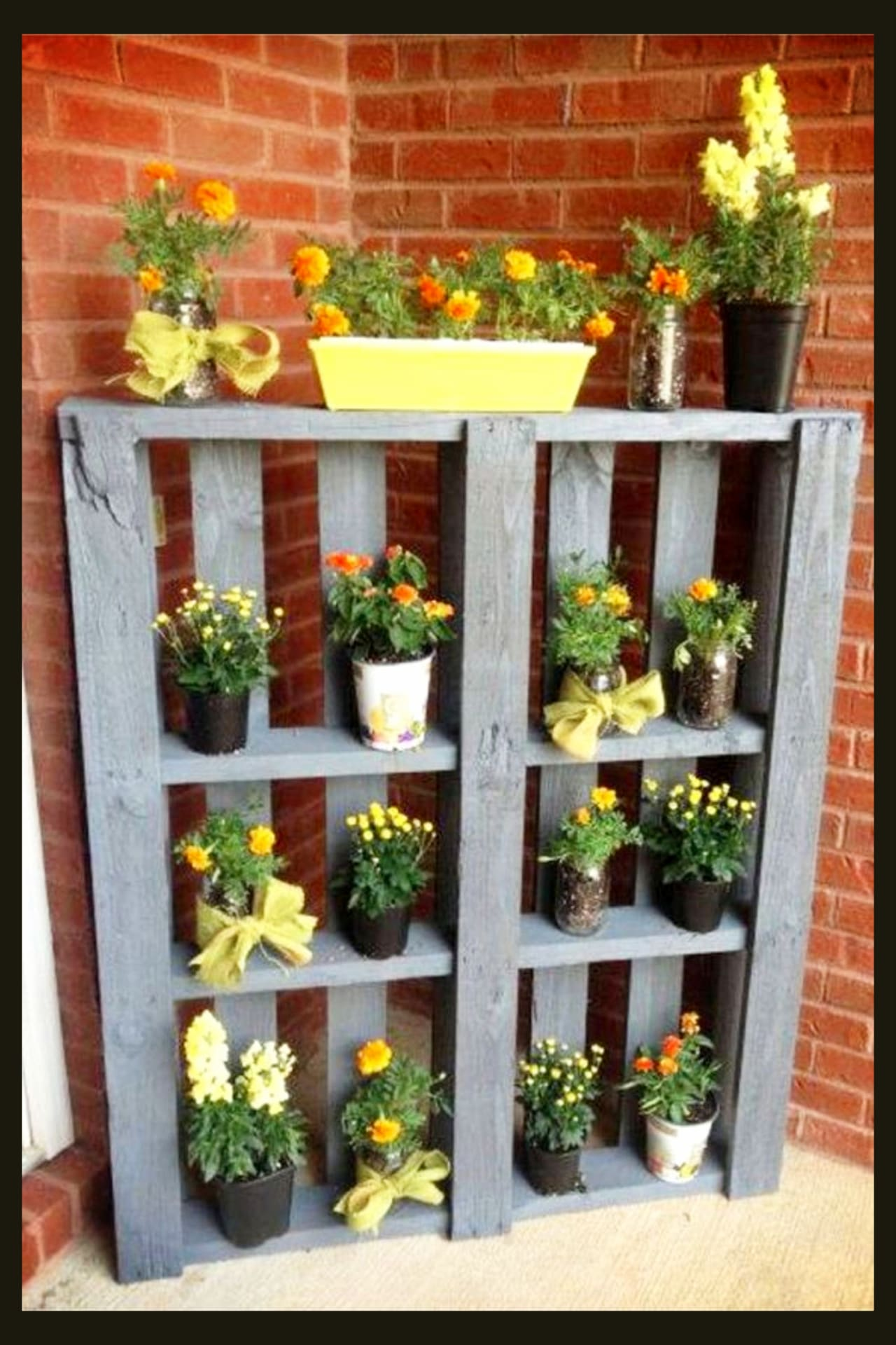 Pallet projects - such simple and easy pallet project ideas to make and sell - simple DIY outdoor pallet projects for backyards, garden, patio, deck or porch to hold flowers and plants - pallet projects for beginners