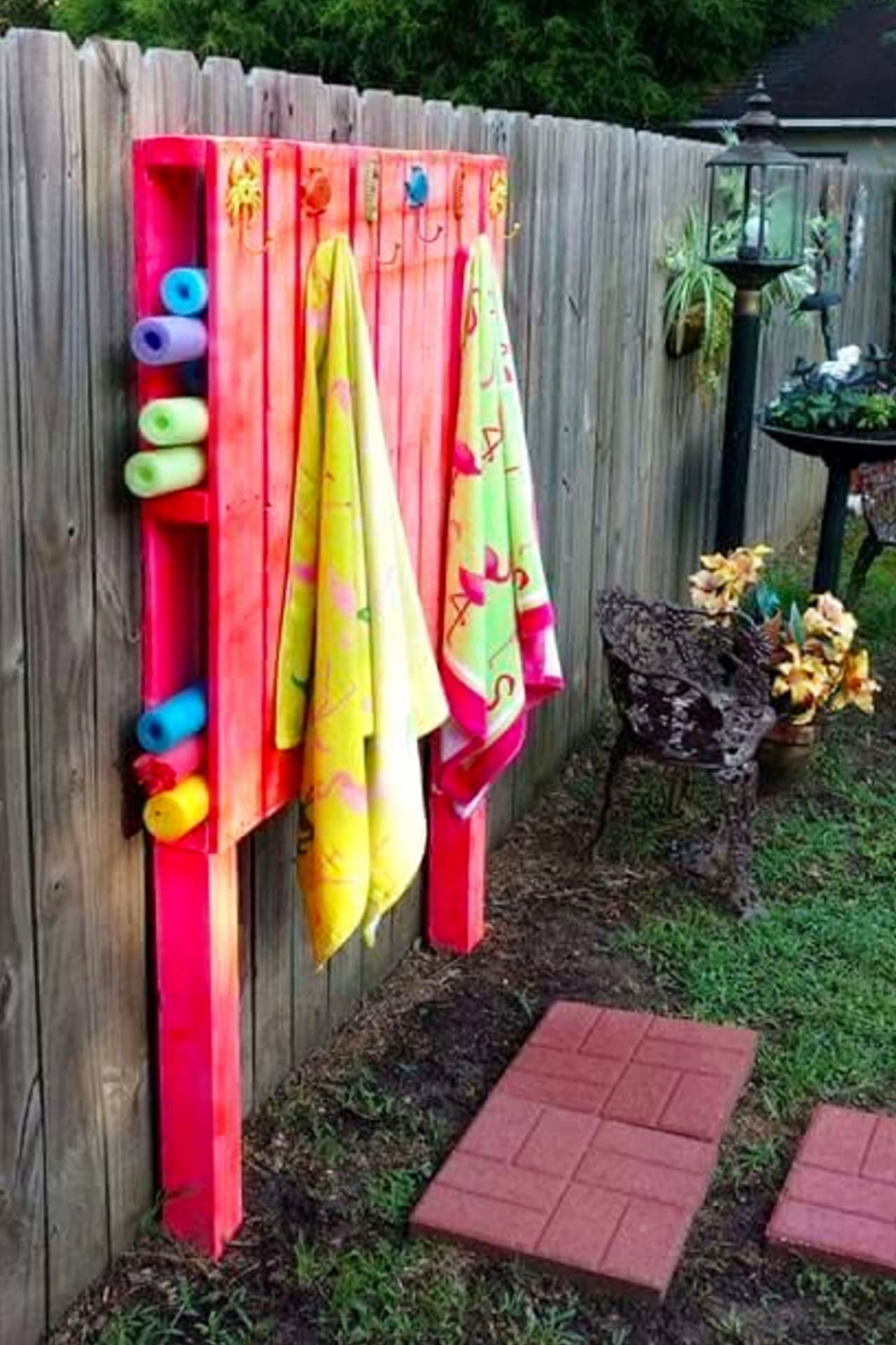 Pallet Projects - Easy DIY outdoor pallet furniture and pallet projects to make or sell - VERY clever pallet projects!  Pallet fence outdoor organizer for pool toys and towels