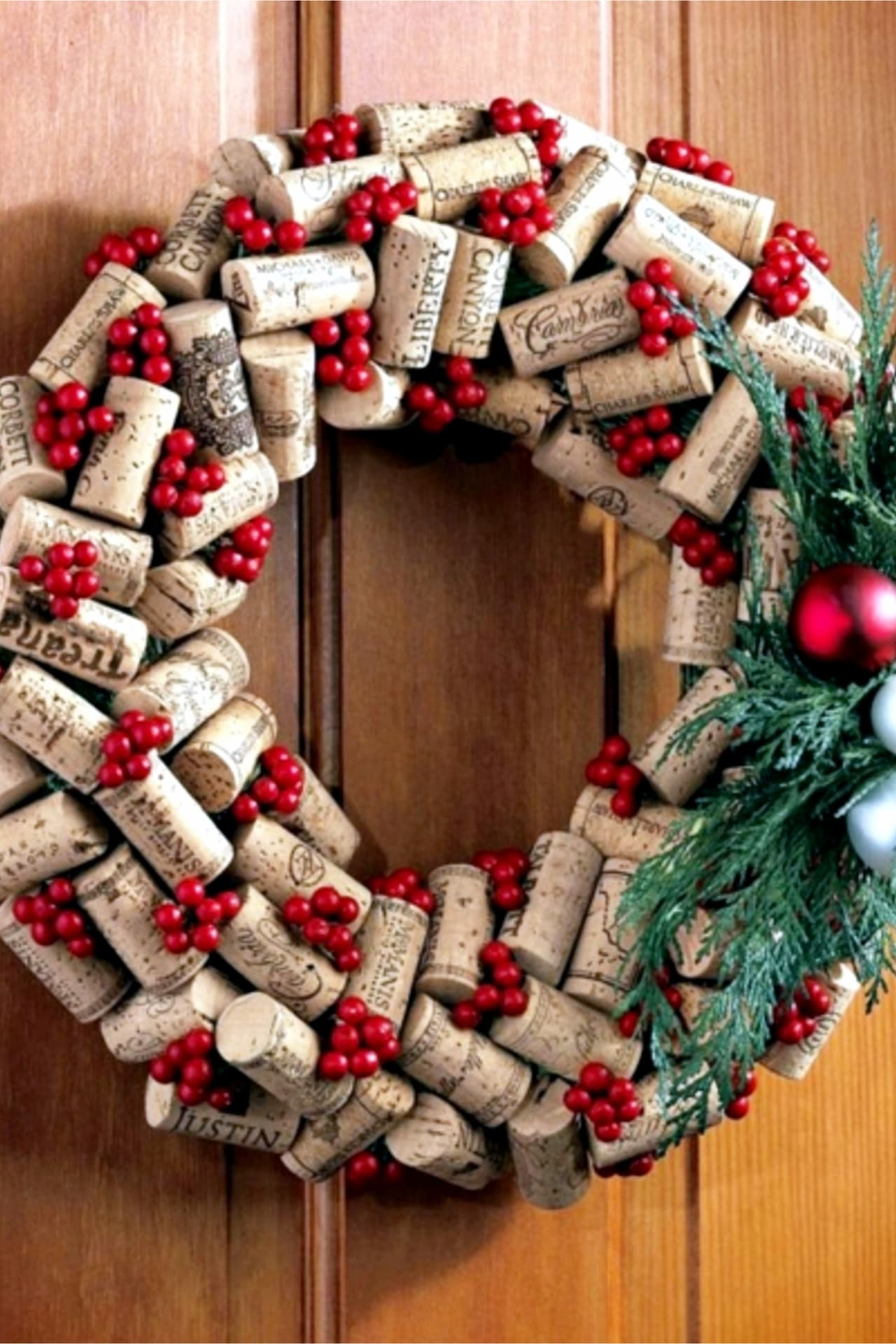 DIY Christmas wreath ideas to make for Christmas on a Budget - make a Christmas wreath for your front door or for a gift out of wine corks